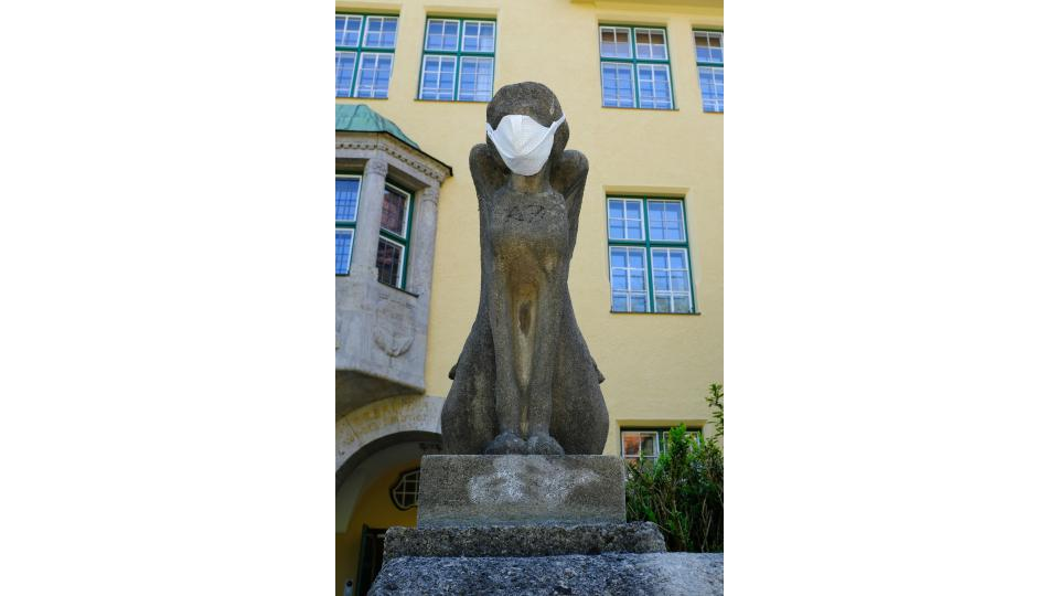 Statue mit Maske vor dem Karls